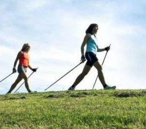 Donne che praticano il Nordic Walking