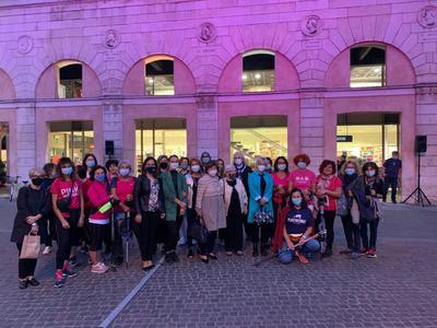 Palazzo San Crispino illuminato di rosa, con le volontarie di ANDOS